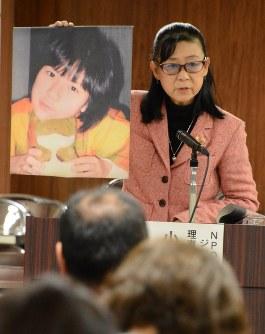 いじめを受け自殺した香澄さんの写真を示しながら再発防止を訴える小森美登里さん=仙台市役所で