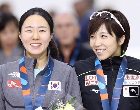 昨年12月のスピードスケート・ワールドカップ第4戦女子500メートルで2位に入った李相花(左)と優勝した小平。リンクを離れれば友人関係でもある=佐々木順一撮影