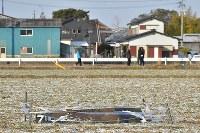 墜落現場の東側の畑に残る陸自ヘリコプターのものと見られる部品=佐賀県神埼市で2018年2月6日午前8時31分、徳野仁子撮影