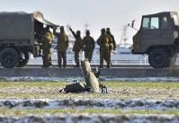墜落現場の東側の畑に残る陸自ヘリコプターのものと見られる部品=佐賀県神埼市で2018年2月6日午前8時半、徳野仁子撮影