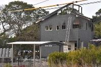 事故から一夜明け、陸自ヘリコプターの墜落現場の民家に集まる自衛隊員=佐賀県神埼市で2018年2月6日午前8時48分、徳野仁子撮影