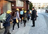 保護者とあいさつを交わし、登校する千代田中部小の児童たち=佐賀県神埼市で2018年2月6日午前7時37分、山下俊輔撮影