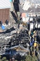 事故から一夜明けた陸自ヘリコプターの墜落現場。中央上に地面に突き刺さった迷彩色の機体の一部分が見える=佐賀県神埼市で2018年2月6日午前10時48分、本社ヘリから上入来尚撮影