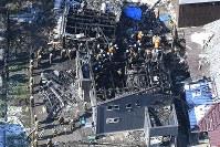 事故から一夜明け、警察などが調べを進める陸自ヘリコプターの墜落現場=佐賀県神埼市で2018年2月6日午前10時28分、本社ヘリから上入来尚撮影