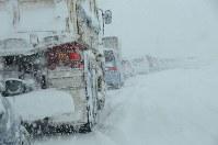 大雪の影響で大渋滞となった道路=福井市河合寄安町で2018年2月6日午前10時45分、立野将弘撮影