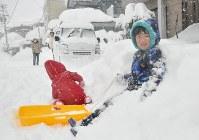 自宅近くに積もった雪で遊ぶ子供=福井市で2018年2月6日午前11時24分、大森治幸撮影
