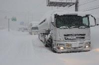 大雪の影響で立ち往生した国道8号上の車列=福井県あわら市熊坂で2018年2月6日午後4時8分、立野将弘撮影