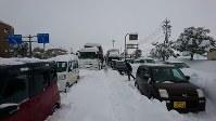 国道8号で立ち往生する車列=福井県坂井市丸岡町で2018年2月6日午後0時47分、大森治幸撮影