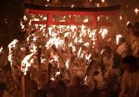 たいまつを手に勢いよく駆け下りる「上り子」たち=和歌山県新宮市で2018年2月6日午後7時56分、猪飼健史撮影