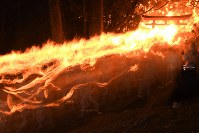 たいまつを手に勢いよく駆け下りる「上り子」たち=和歌山県新宮市で2018年2月6日午後8時8分、猪飼健史撮影(10秒間露光)