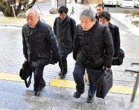 福岡高裁に入る「飯塚事件」の弁護団=福岡市中央区で2018年2月6日午前9時54分、森園道子撮影