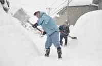 自宅近くの雪かきをする住民=福井市で2018年2月6日午前11時23分、大森治幸撮影