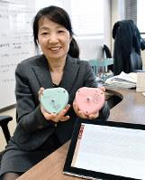 胎児心拍計と陣痛計を手に持つメロディ・インターナショナルの尾形優子社長=高松市で、山口桂子撮影