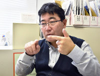 口話法を補助的に使いながら、手話で話す嘉田眞典さん=神戸市中央区で、待鳥航志撮影