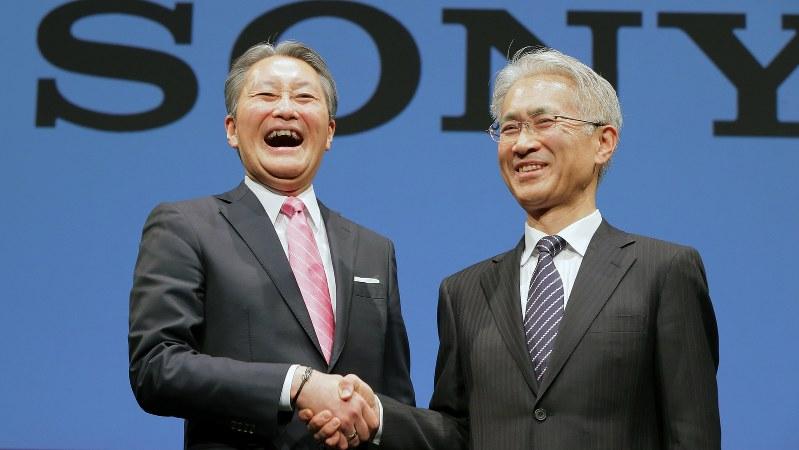 ソニーの平井一夫社長(左)と後任に決まった吉田憲一郎副社長=2018年2月2日、和田大典撮影