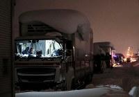 記録的な大雪により国道8号で立ち往生するトラックの列=福井県坂井市で2018年2月7日午後8時22分、幾島健太郎撮影