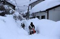 除雪作業する男性=福井市で2018年2月7日午後4時18分、幾島健太郎撮影