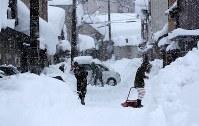 除雪作業する人たち=福井市で2018年2月7日午後4時10分、幾島健太郎撮影