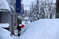 除雪作業する男性=福井市で2018年2月7日午後4時33分、幾島健太郎撮影