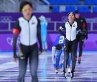 500メートルのタイムトライアルを終えた郷亜里砂(右)と小平奈緒=韓国・江陵オーバルで2018年2月7日、手塚耕一郎撮影
