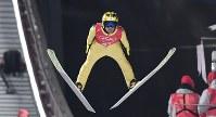 【平昌五輪】スキージャンプ男子ノーマルヒルの公式練習で飛躍する葛西紀明=アルペンシア・ジャンプセンター2018年2月7日、山崎一輝撮影