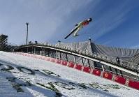 【平昌五輪】スキージャンプ男子ノーマルヒル予選に向けて練習をする小林潤志郎=アルペンシア・ジャンプセンターで2018年2月7日、宮間俊樹撮影
