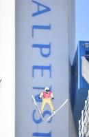 【平昌五輪】スキージャンプ男子ノーマルヒル予選に向けて練習をする伊東大貴=アルペンシア・ジャンプセンターで2018年2月7日、宮間俊樹撮影