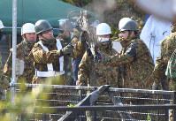 墜落現場から陸自ヘリコプターのものと見られる部品を運び出す自衛隊員=佐賀県神埼市で2018年2月6日午前10時12分、徳野仁子撮影