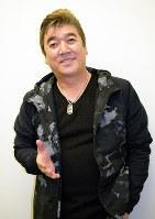 歌手生活30周年を迎えた小金沢昇司さん=大阪市北区の毎日新聞大阪本社で、安田美香撮影