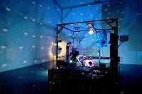 音や映像を使ったジャネット・カーディフ&ジョージ・ビュレス・ミラーの作品「キリング・マシン」(2007年)=清水有香撮影