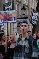 「EU離脱」が過半数となり、離脱反対を訴えてデモ行進をする若者ら=ロンドン市内で2016年6月