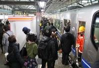 JR北陸線が一部運転を再開し、乗り降りする人たち=福井市のJR福井駅で2018年2月8日午前8時12分、幾島健太郎撮影