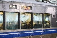 運転を再開したJRの車両には雪が張り付いていた=福井市のJR福井駅で2018年2月8日午前8時14分、幾島健太郎撮影