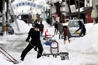 商店街の通りで、除雪作業を手伝う高校生たち=福井県勝山市で2018年2月8日午後1時54分、幾島健太郎撮影