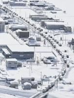 大雪の影響で国道8号線に立ち往生した車=福井県坂井市で2018年2月8日午後0時半、本社機「希望」から