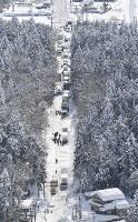 大雪の影響で国道8号線に立ち往生した車=福井県あわら市で2018年2月8日午後0時43分、本社機「希望」から