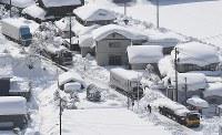 大雪の影響で国道8号線に立ち往生した車=福井県あわら市で2018年2月8日午後0時26分、本社機「希望」から