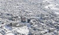 大雪が積もったJR福井駅前。左下は福井城跡=福井市で2018年2月8日午後0時55分、本社機「希望」から