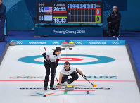 平昌五輪で競技が始まり、カーリング混合ダブルス・1次リーグの米国戦でストーンを投じるOARの選手=韓国・江陵カーリングセンターで2018年2月8日、手塚耕一郎撮影