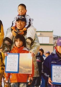父・克彦さんと、現在は同じ土屋ホームに所属する弟・将充と3人で表彰式に並んだ伊藤有希=土屋ホーム提供