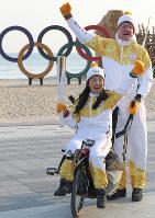 トーチを手に笑顔を見せる聖火リレー参加者=韓国・江陵で2018年2月8日午前9時1分、佐々木順一撮影