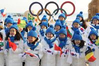 聖火リレーのスタート会場で笑顔を見せる子どもたち=韓国・江陵で2018年2月8日午前8時49分、佐々木順一撮影