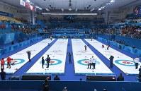 平昌五輪の開会式を前に、カーリング混合ダブルスの1次リーグが始まった会場=韓国・江陵カーリングセンターで2018年2月8日、手塚耕一郎撮影