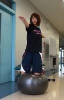 大ケガから復帰を目指すさなか、松本大で1人、バランスの練習をする岩渕香里=2013年7月22日、江連能弘撮影