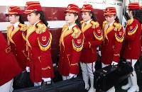 入村式に参加するため、選手村に到着した北朝鮮の応援団=韓国・江陵で2018年2月8日午前10時42分、佐々木順一撮影