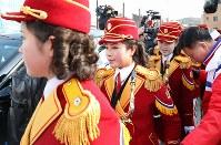 入村式に参加するため、選手村に到着した北朝鮮の応援団=韓国・江陵で2018年2月8日午前10時43分、佐々木順一撮影