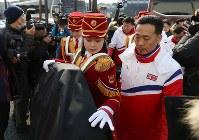 入村式に参加するため、選手村に到着した北朝鮮の応援団=韓国・江陵で2018年2月8日午前10時46分、佐々木順一撮影