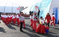 選手村の入村式で行進する北朝鮮選手団ら=韓国・江陵で2018年2月8日、山崎一輝撮影