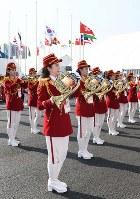 選手村の入村式で演奏する北朝鮮の応援団たち=韓国・江陵市で2018年2月8日、山崎一輝撮影