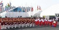 選手村の入村式で整列する北朝鮮選手団ら=韓国・江陵市で2018年2月8日、山崎一輝撮影